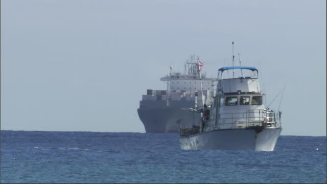 ships sail in the pacific ocean. - タグボート点の映像素材/bロール