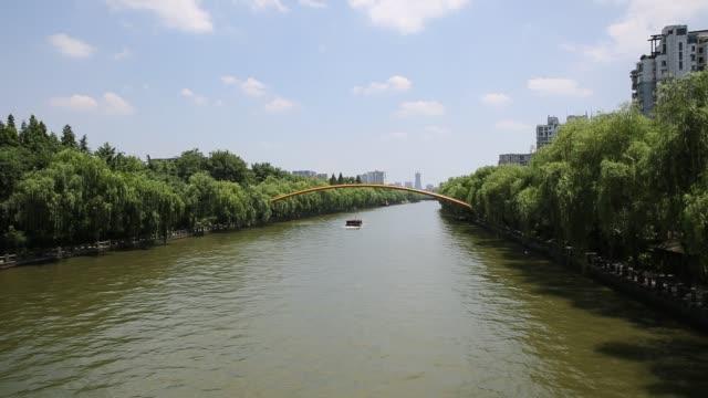 vidéos et rushes de ships sailing on the grand canal,hangzhou,china - canal eau vive