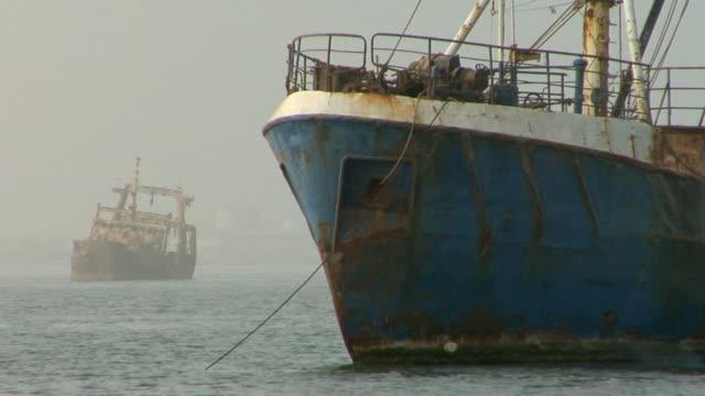 ms, shipwreck anchored in shallow water, nouadhibou, mauritania - モーリタニア点の映像素材/bロール