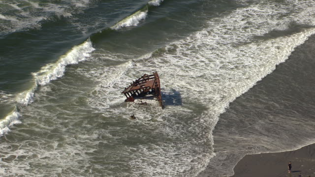 stockvideo's en b-roll-footage met ms aerial zi shipwreck of peter iredale / oregon, united states - oregon amerikaanse staat