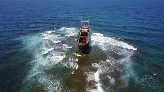 stockvideo's en b-roll-footage met schipbreuk op het rif - scheepswrak