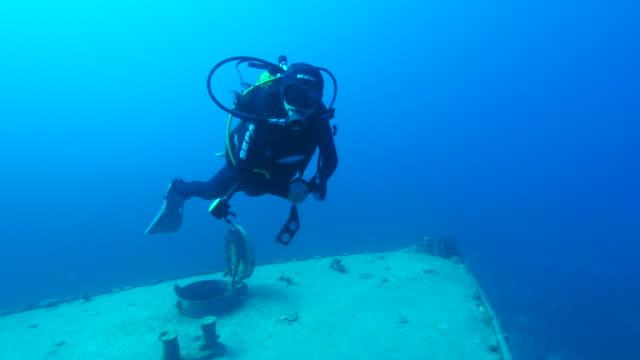 stockvideo's en b-roll-footage met shipwreck  underwater - scheepswrak