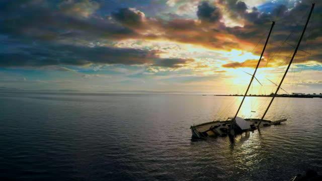 stockvideo's en b-roll-footage met shipwreck - scheepswrak