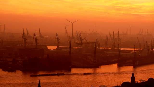 vídeos de stock, filmes e b-roll de estaleiro em hamburgo, ao pôr do sol - rio elbe