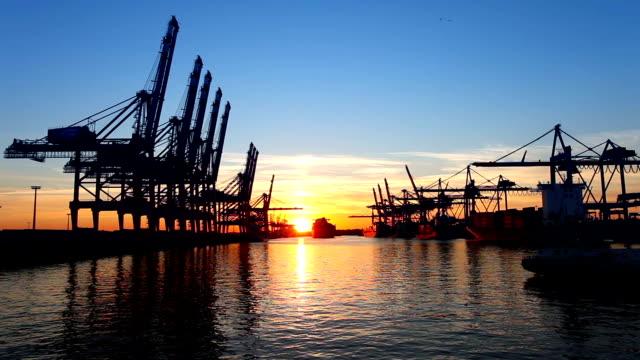 Schiffswerft im Sonnenuntergang-Hamburg, Deutschland