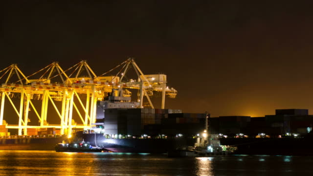stockvideo's en b-roll-footage met shipyard working loading container cargo at night - bouwmachines