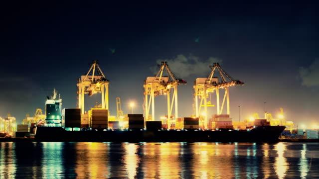 schiffswerft arbeiten laden container cargo bei nacht - kran stock-videos und b-roll-filmmaterial