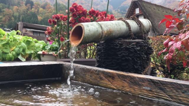 vídeos y material grabado en eventos de stock de pueblo de shirakawago, estilo japonés fuente decorativa y prefectura de gifu de casa, japón - manguera
