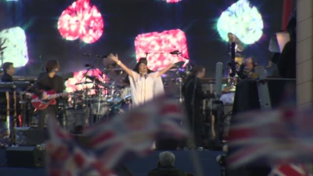 vídeos y material grabado en eventos de stock de shirley bassey at bbc concert diamond jubilee at buckingham palace on june 04 2012 in london england - shirley bassey