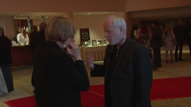 vídeos de stock e filmes b-roll de shirley maclaine richard dreyfuss at the smiles from the stars a tribute to the life and work of roy scheider at beverly hills ca - richard dreyfuss