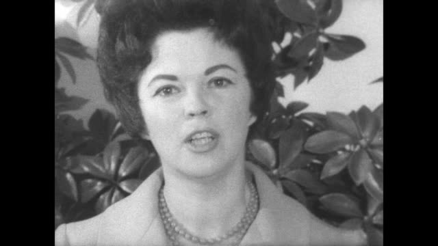 vídeos de stock e filmes b-roll de / shirley temple holds press conference to announce congress run / smiles and answers questions from the press shirley temple announces run for... - shirley temple
