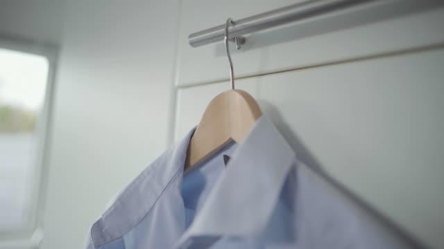 shirt on coat hanger - ハンガー点の映像素材/bロール