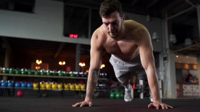 vídeos y material grabado en eventos de stock de atleta sin camisa haciendo flexiones - entrenamiento sin material