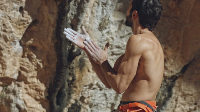 Nackter Oberkörper Kletterer Eintauchen der Hände in der Kreide