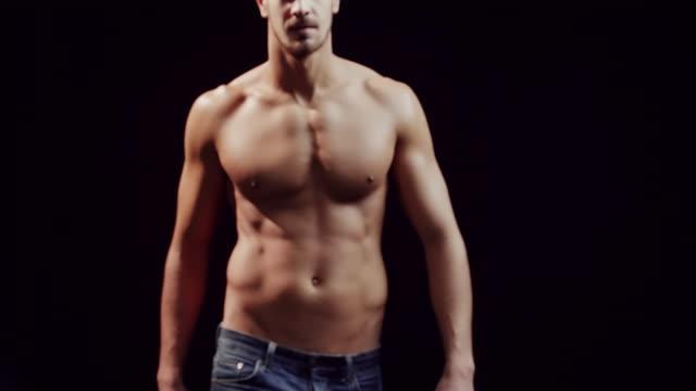 vídeos y material grabado en eventos de stock de chico sin camisa - torso