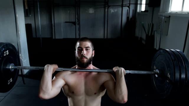 vidéos et rushes de haltérophilie aux jeux homme torse nu - seulement des jeunes hommes