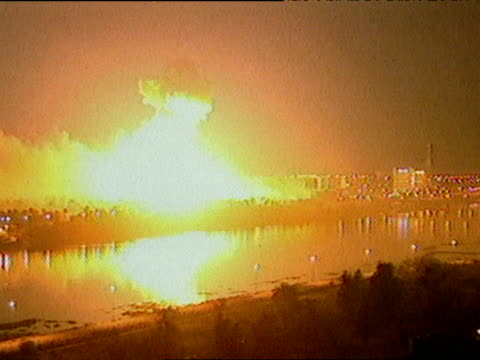 vidéos et rushes de 'shock and awe' campaign over baghdad during iraq war; 22 mar 03 - bombardement