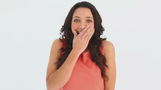 vídeos de stock, filmes e b-roll de a shocked and stunned girl - mãos cobrindo boca