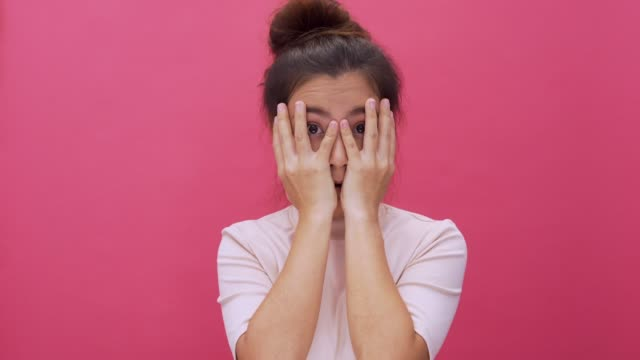vídeos de stock e filmes b-roll de shocked woman isolated pink background 4k - majestoso