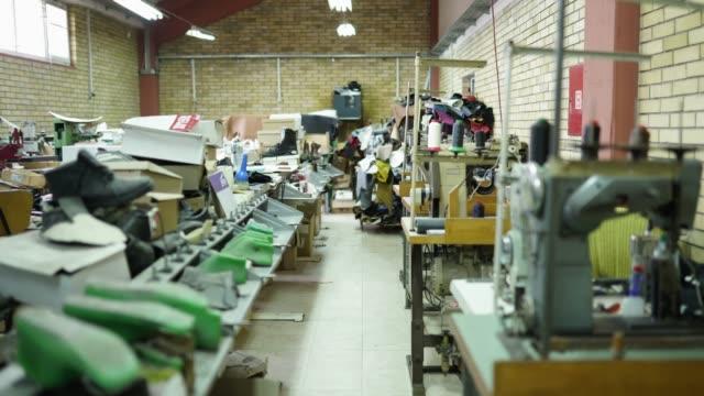 vidéos et rushes de fabrique de chaussures - chaussures