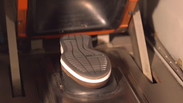 vídeos y material grabado en eventos de stock de shoe production, man put the  the sole and leather upper in a pressure operated machine, close - cuero