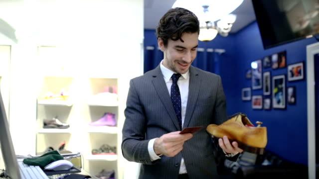 shoe stylist - venditore ambulante video stock e b–roll