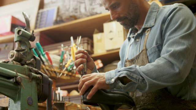 stockvideo's en b-roll-footage met schoenmaker - inspanning
