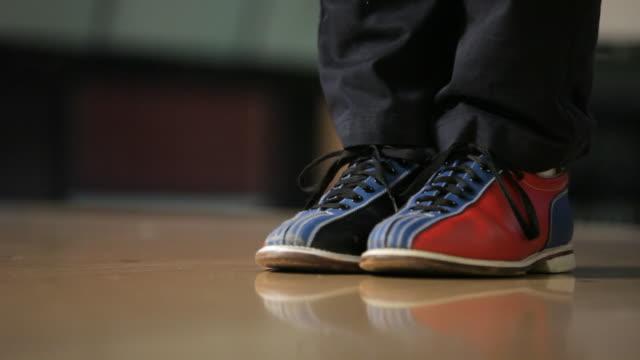 vídeos de stock, filmes e b-roll de shoes of of bowler ready to throw bowling ball - cancha de jogo de boliche