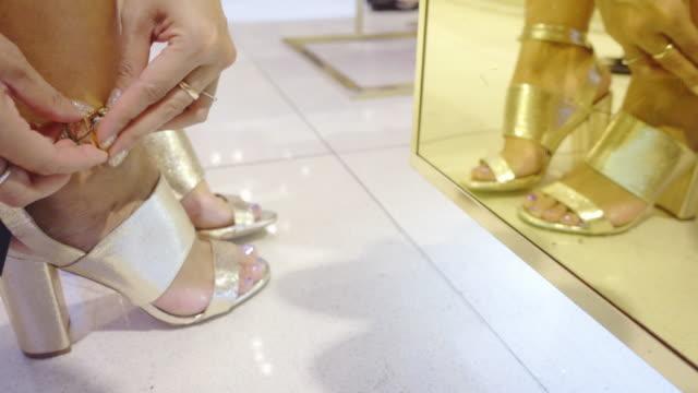 vídeos y material grabado en eventos de stock de zapatos de compras - tacones altos