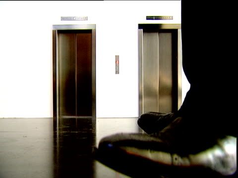 stockvideo's en b-roll-footage met shoes tap waiting for tiny lift then lift doors open - klein