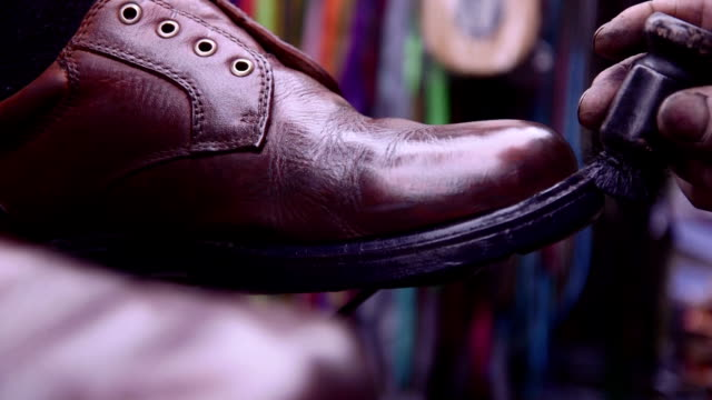 stockvideo's en b-roll-footage met shoeshine closeups - menselijke teen