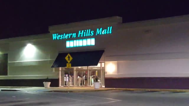 a shooter walked into western hills mall in fairfield al and fired shots injuring two in clip 1 the fairfield chief of police answers questions about... - 警察署長点の映像素材/bロール
