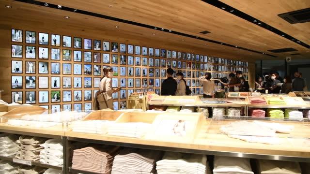 vídeos de stock e filmes b-roll de shooting a shiseido parkour, a restaurant operated by shiseido corp., and the uniqlo harajuku store, operated by fast retailing co., during a media... - cadeia de lojas