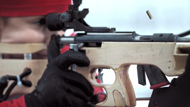 vídeos y material grabado en eventos de stock de slo mo shooting and reloading the biathlon rifle - biatlón