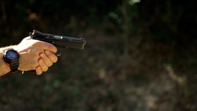 vídeos de stock, filmes e b-roll de de um gun.close injetando - alvo militar
