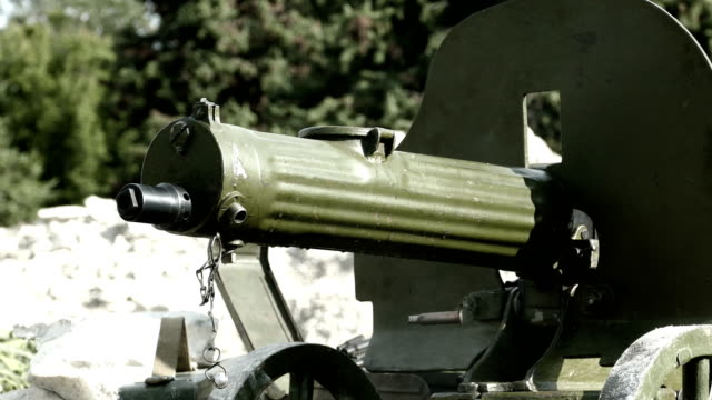 shooting from an old machine gun - prima guerra mondiale video stock e b–roll