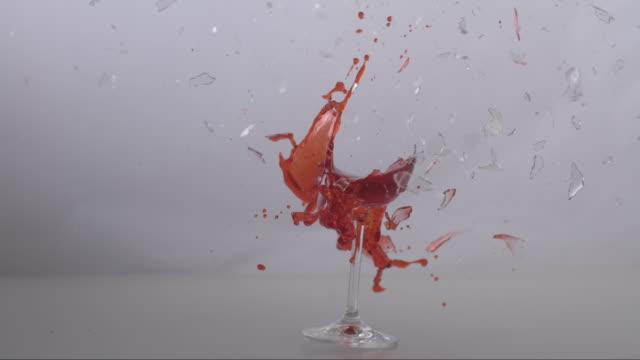 shooting on a glass of red wine - ワイングラス点の映像素材/bロール