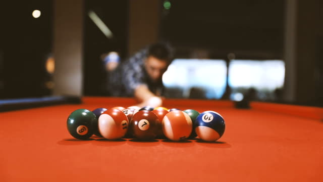 vídeos de stock e filmes b-roll de shooting pool on a night out - mesa de bilhar