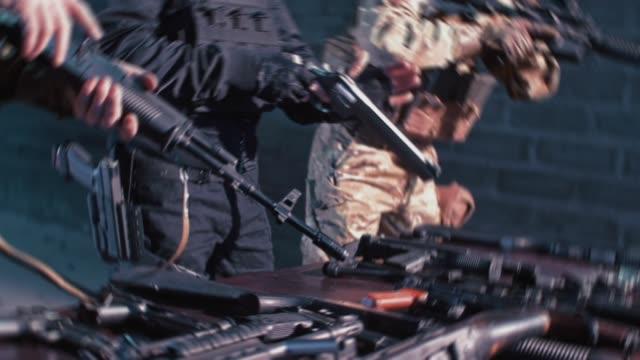 射撃準備。ローディングガン - 銃撃事件点の映像素材/bロール