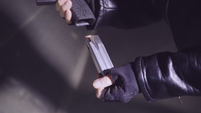 撮影準備。装填銃 - 銃犯罪点の映像素材/bロール