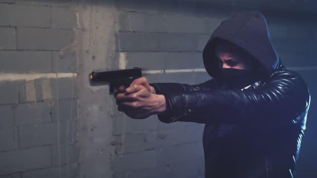 schießvorbereitungen. mann schießt glock - torschuss stock-videos und b-roll-filmmaterial