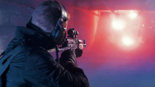 vídeos de stock, filmes e b-roll de treinamento da escala de tiro. soprando o alvo - tiroteio