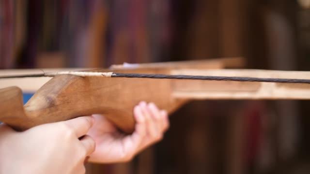 vídeos de stock, filmes e b-roll de tiroteio cruz arco de madeira - bow and arrow