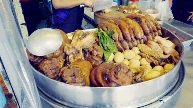 shop und der topf gedünstet schweinekeule in soße-suppe. - brühe stock-videos und b-roll-filmmaterial
