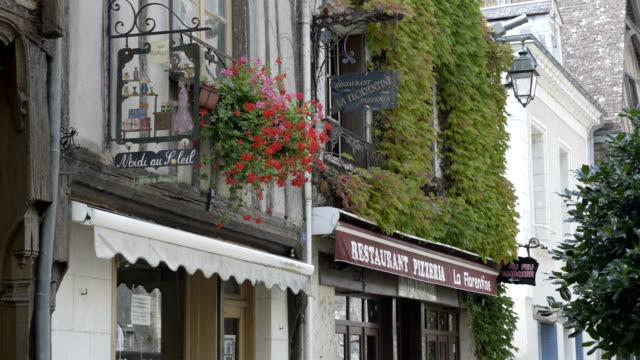shop, restaurant sign, old town of amboise - västerländsk text bildbanksvideor och videomaterial från bakom kulisserna