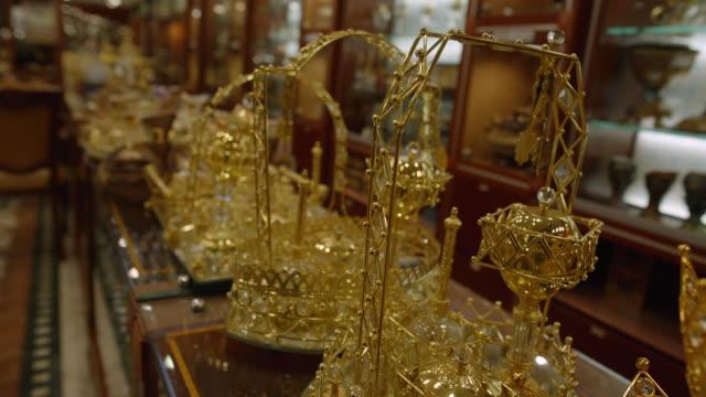 shop selling gold wares - deira, dubai - mellanstor grupp av objekt bildbanksvideor och videomaterial från bakom kulisserna