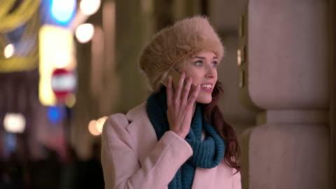 stockvideo's en b-roll-footage met winkel venster telefoon - shopping centre