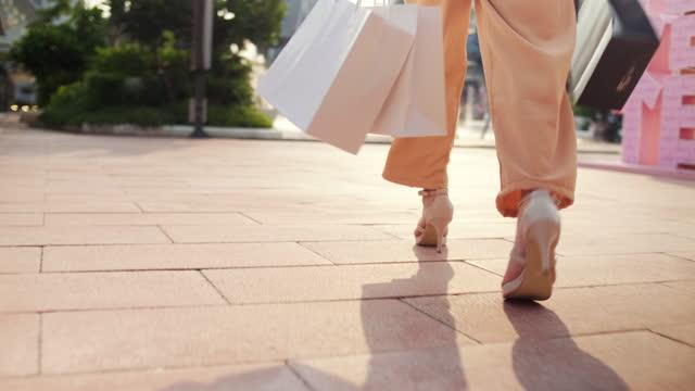 vídeos de stock e filmes b-roll de shopaholic woman walking at outlet - shopaholic