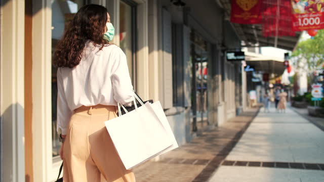 shopaholic woman walking at outlet - shopaholic stock videos & royalty-free footage