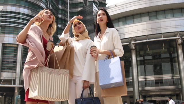shopaholic women sightseeing city - shopaholic stock videos & royalty-free footage
